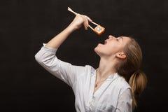 吃寿司的女孩 库存图片