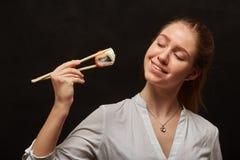 吃寿司的女孩 库存照片