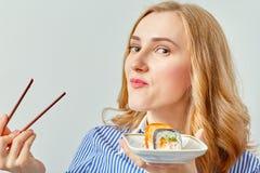 吃寿司的女孩 免版税库存图片