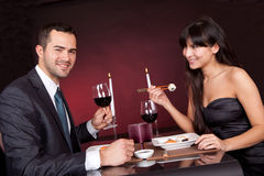 吃寿司的新夫妇在餐馆 免版税库存照片