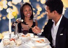 吃寿司的浪漫夫妇 免版税库存图片
