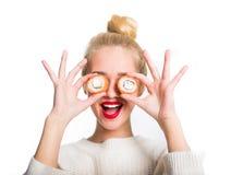 吃寿司的白发女孩 免版税库存照片