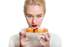 吃寿司的白发女孩 库存图片