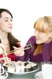 吃寿司womans 免版税图库摄影