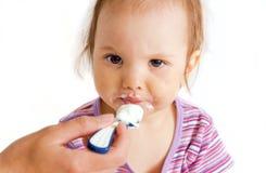 吃小的女孩 免版税图库摄影