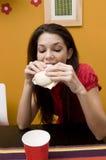 吃少年女孩的三明治 库存图片