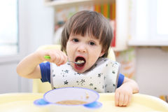 吃少许汤的男孩 免版税图库摄影