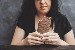 吃巧克力贪婪和哭泣的肥胖妇女 库存照片
