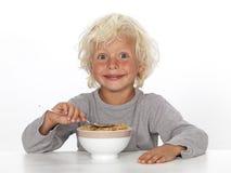 吃年轻人的男孩早餐 免版税库存照片