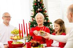吃微笑的家庭假日晚餐在家 库存照片