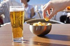 吃快餐用啤酒 免版税库存照片