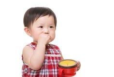 吃快餐的亚裔小女孩 免版税库存图片