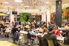 吃快餐的人们在商城餐馆 免版税图库摄影
