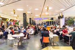 吃快餐的人们在商城餐馆 免版税库存照片