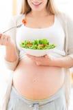 吃怀孕的沙拉妇女 免版税库存图片