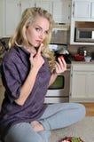 吃性感的草莓妇女年轻人的金发碧眼&# 免版税库存图片