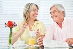 吃愉快的前辈的夫妇 免版税库存照片