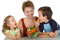 吃愉快的孩子蔬菜 免版税库存照片