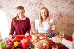 吃愉快的家庭假日晚餐在家 在倾吐的餐馆沙拉的主厨概念食物新鲜的厨房油橄榄 免版税库存图片