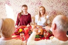吃愉快的家庭假日晚餐在家 在倾吐的餐馆沙拉的主厨概念食物新鲜的厨房油橄榄 图库摄影