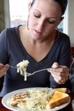 吃意大利面食妇女 库存照片