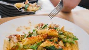吃意大利面食妇女 免版税库存照片