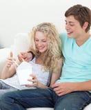 吃意大利面食少年的夫妇 图库摄影