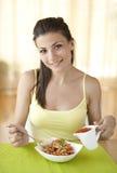 吃意大利面食的愉快的妇女 免版税图库摄影