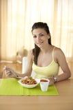 吃意大利面食的愉快的妇女 免版税库存照片