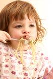 吃意大利面食 免版税图库摄影