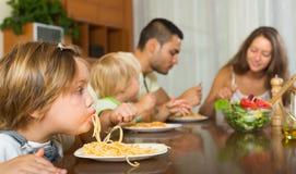 吃意粉的家庭 免版税图库摄影