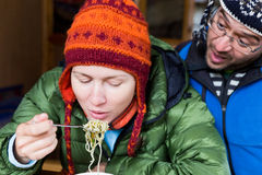 吃意粉面条的夫妇游人 免版税图库摄影
