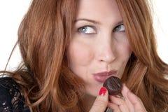 吃我喜爱的巧克力 免版税库存照片