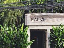 吃我庭院样式咖啡馆和餐馆标志前门  免版税图库摄影