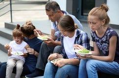 吃捐赠的食物的可怜的人民 免版税图库摄影