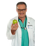 吃新鲜水果,坚持健康和适合 免版税库存图片