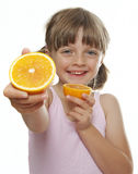 吃新鲜的桔子的小女孩 库存照片