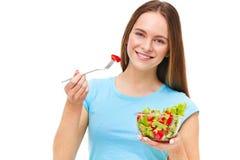 吃新鲜的沙拉的适合健康妇女的画象被隔绝 库存图片