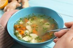 吃新鲜的自创汤的病的妇女 免版税库存照片