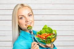 吃新鲜蔬菜沙拉的女孩 图库摄影