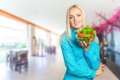 吃新鲜蔬菜沙拉的女孩 库存图片