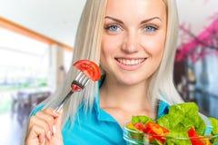 吃新鲜蔬菜沙拉的女孩 库存照片