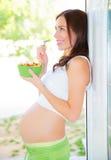 吃沙拉的孕妇 库存照片