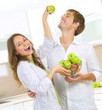 吃新鲜水果的夫妇 图库摄影
