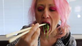 吃日本海草的妇女 股票视频