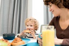 吃早餐在家庭怀里  免版税库存照片