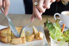 吃早餐或咖啡休息时间,多士面包顶部的妇女 库存图片