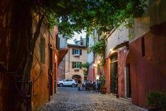 吃晚餐在一家室外意大利餐馆在狭窄全部 免版税库存照片