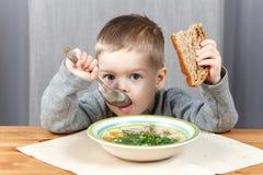 吃晚餐的小男孩汤 免版税图库摄影