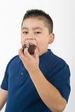 吃曲奇饼的年轻男孩 免版税库存照片